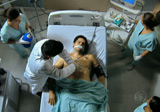 Carlos no resiste ao crack e morre no hospital; reveja