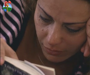 Deitada na cama, Viviane Araujo chora ao ler livro de Nicole Bahls