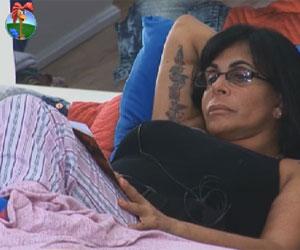 Concentrada, Gretchen termina de ler o seu livro