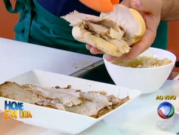 Para criar aquele clima de torcida dentro de casa, Edu Guedes ensinou uma receita deliciosa, com gostinho de competição. O sanduíche de pernil, comum nos estádios,  pode ser produzido de maneira fácil. Veja a receita