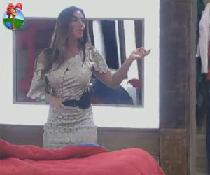 Msica toca no quarto e Nicole se contagia, e chama Viviane para danar