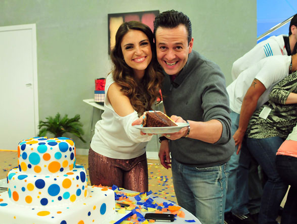 Chris Flores e Celso Zucatelli cortam o primeiro pedaço de bolo, que está com uma cara ótima, não é? Ve