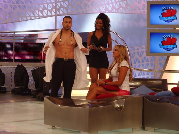 O maridão erra e Angela passa pelas mãos de um Ricardão médico!