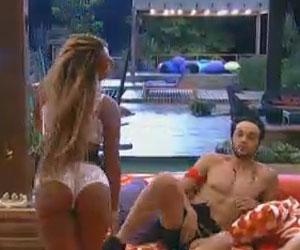 """Com pijama extremamente sexy, Karine Dornelas pergunta: """"É indecente?'"""