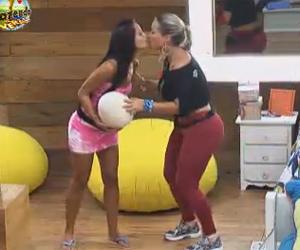 Ísis e Flávia dão um selinho na frente de Dan