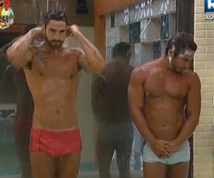 Thyago e Victor dividem o chuveiro e atraem olhares da mulherada