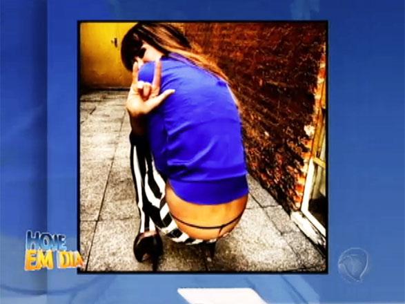 A apresentadora Luciana Gimenez não ficou com vergonha e mostrou a calcinha! Assista ao vídeo