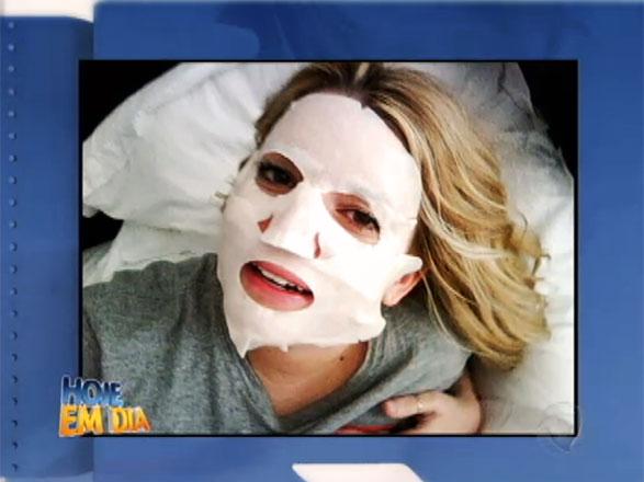 Você reconhece esta pessoa? Difícil, não é?! É a cantora Jéssica Simpson em um tratamento de pele Assista ao vídeo