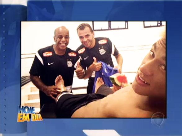 Neymar adora tirar fotos e divulga-las em sua rede social, desta vez o jogador postou uma foto comendo melancia enquanto recebia uma massagem nos pés! Que vida boa, não é? Assista ao vídeo