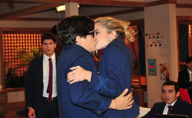 Roberta choca a todos beijando Téo
