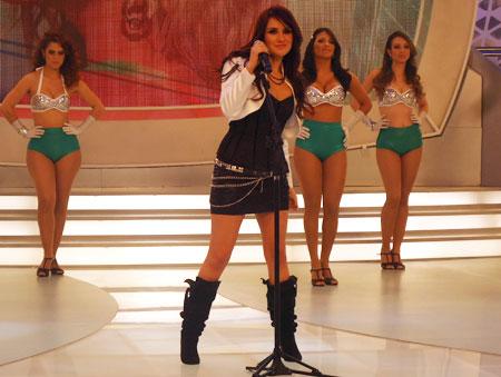Dulce Maria tirou gritos da pláteia no palco do <i>Tudo é Possivel</i> deste domingo (12)