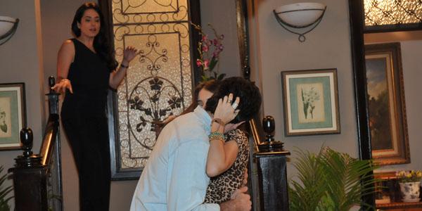 Silvia flagra Débora e Marcelo se beijando