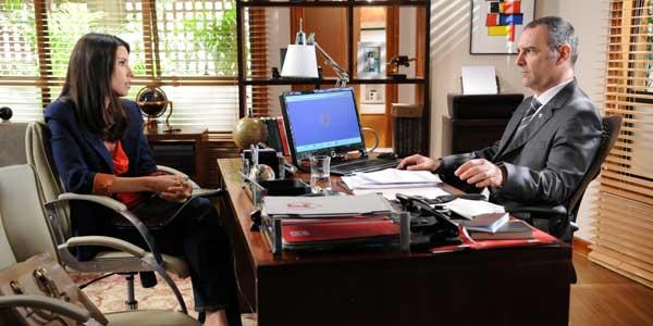 Tatiana é contratada por Jonas e deixa o diretor em uma saia justa