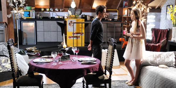 Miguel prepara jantar romântico para Alice