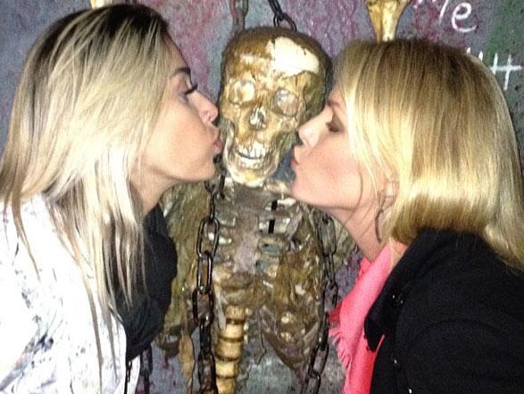 """No museu, Ana e Dani Bolina encontraram um """"paquera"""". Rolou até beijinho"""