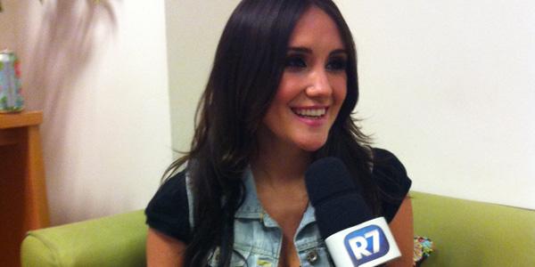 """Dulce María capricha no """"portunhol"""" durante participação em <i>Rebelde</i>"""