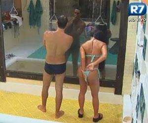 Natália abaixa o biquíni durante o banho
