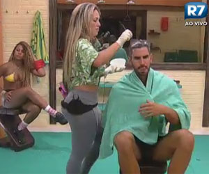 sis pinta o cabelo de Thyago no box
