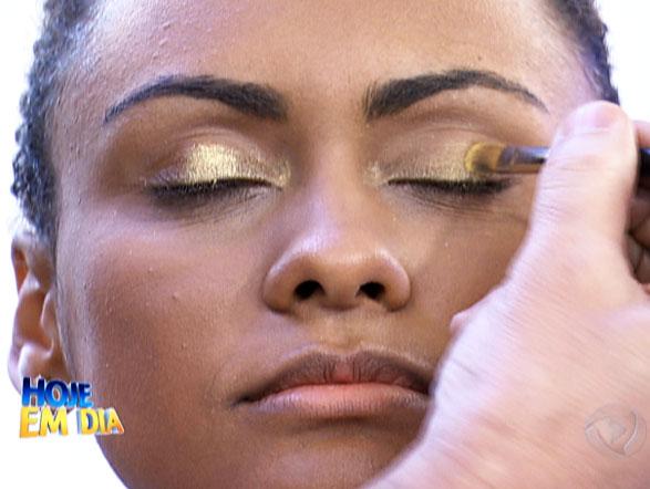 Olho com pigmento está em alta, se você quer arrasar neste réveillon aposte nesta tendência. Assista ao vídeo  e aprenda a fazer esta maquiagem!