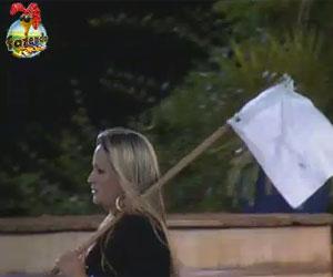 Ísis repete cena polêmica e irrita Angelis