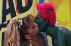 Tá rolando um clima? Pela segunda vez, Léo Áquilla beija Hulk Magrelo na boca!